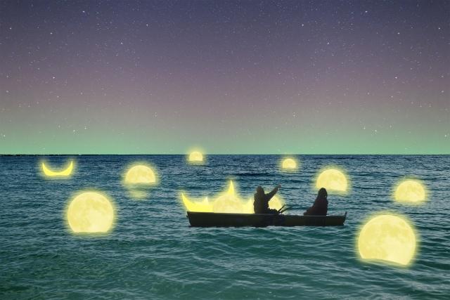 舟の上で語らう男女のイメージ画像